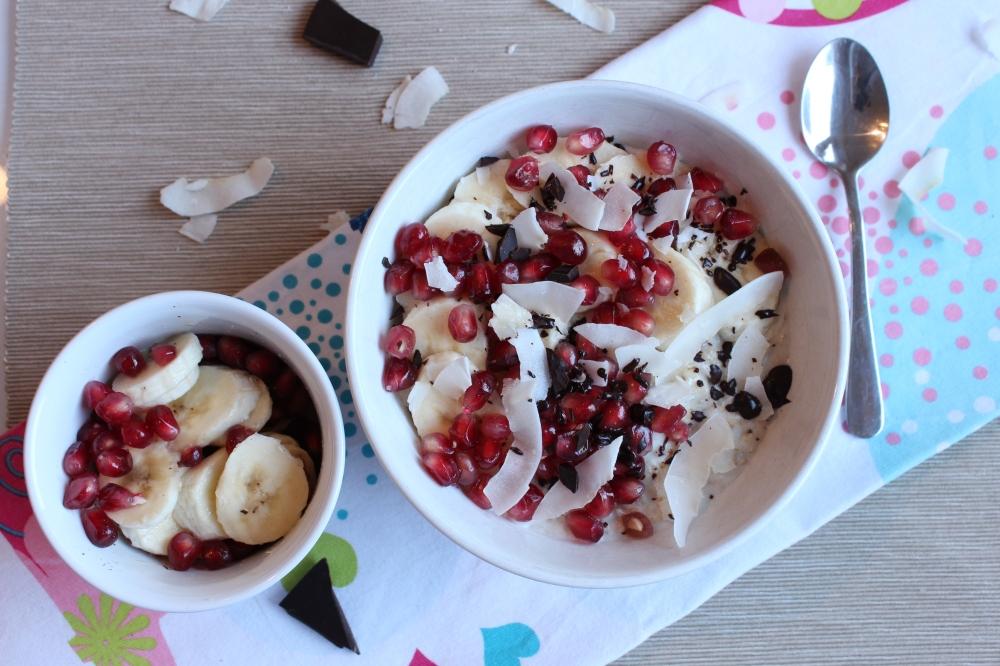 Kokos-Porridge mit Granatapfel, Banane und Schoki