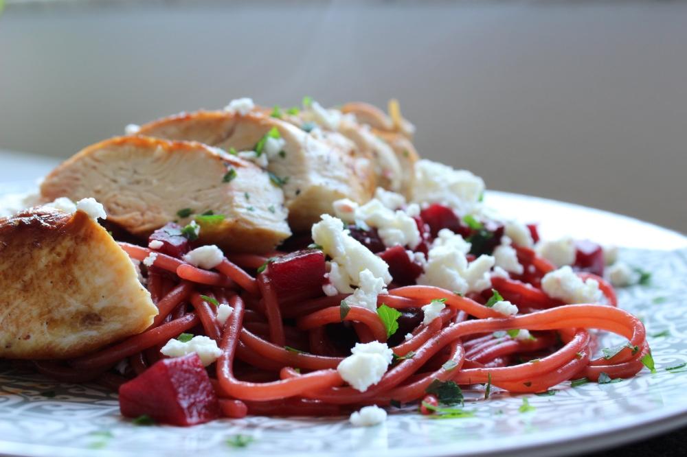 Rotweinspaghetti mit Roter Bete und Hähnchen