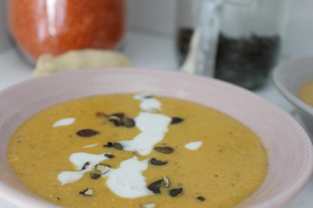 Rote-Linsen-Kokos-Suppe mit Kürbiskernen